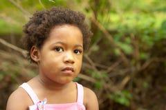 小河的非洲裔美国人的女孩。 库存照片
