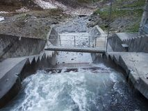 小河的Gufelbach小水电厂在Weisstannen 库存图片