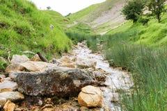 小河看法在Cotswold小山的 免版税库存图片
