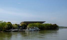 小河风景在春天 免版税库存照片