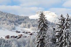小法国村庄在阿尔卑斯在峰顶附近的冬天 免版税库存图片
