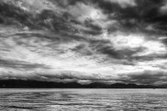 小波浪和云彩在湖Leman,瑞士,欧洲 图库摄影