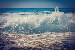 小波浪岸上与泡沫匹配 免版税库存图片