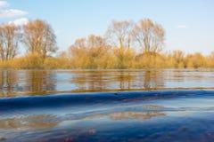 小波浪的特写镜头在河的 免版税图库摄影