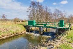 小测流堰在桥梁下 库存照片