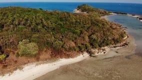 小海岛和珊瑚礁在海洋 绿色无人居住的海岛和令人惊讶的珊瑚礁寄生虫视图在晴朗的风平浪静 影视素材