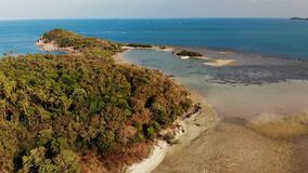 小海岛和珊瑚礁在海洋 绿色无人居住的海岛和令人惊讶的珊瑚礁寄生虫视图在晴朗的风平浪静 股票录像