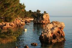 小海岛,小船在金黄小时内在Brela,克罗地亚 图库摄影