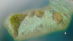 小海岛Siete近Pecados鸟瞰图在Coron海湾 巴拉望岛 阴云密布 股票视频