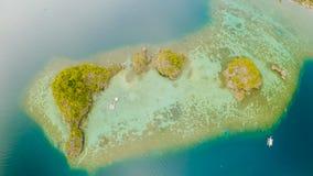 小海岛Siete近Pecados鸟瞰图在Coron海湾 巴拉望岛 阴云密布 免版税库存图片