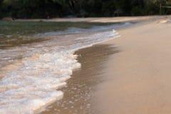小海浪洗涤在海滩酸值荣Sanloem海岛上,柬埔寨 免版税图库摄影
