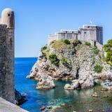 小海湾、城市墙壁塔和堡垒Lovrijenac在杜布罗夫尼克,克罗地亚 免版税库存图片