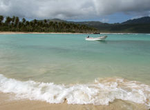 小海滩的小船 免版税库存照片