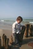 小海滩的男孩 图库摄影