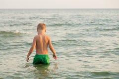 小海滩的男孩 免版税图库摄影