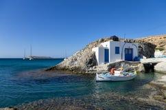 小渔夫的房子在基莫洛斯岛海岛,基克拉泽斯,希腊 图库摄影