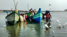 小渔船卸载他们的货物 库存照片