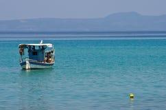 小渔船和一只大海鸥 图库摄影