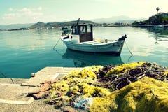 小渔船和鱼网 免版税库存照片