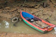 小渔船在一条小运河停放了 免版税库存照片