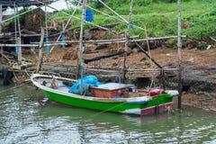 小渔船在一条小运河停放了 库存图片
