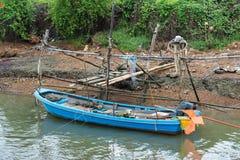 小渔船在一条小运河停放了 库存照片