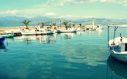 小渔船在小小游艇船坞 免版税库存照片