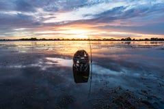 小渔船在微明下 库存图片