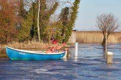 小渔船在德国的北部的一个冷的冬日 免版税库存照片