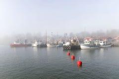 小渔船在港口每有雾的早晨 免版税库存照片