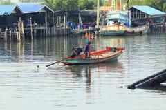 小渔船航行  库存照片