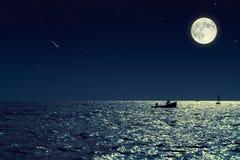 小渔船风景看法在风平浪静水中在晚上和 图库摄影
