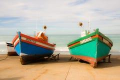 小渔船`在南非的南部的海角的Arniston港口靠了码头在滑动式造船架的` 库存图片