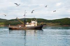 小渔围网渔船去在海钓鱼 免版税库存图片