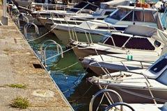小港口拥挤与帆船 免版税图库摄影