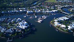 小港口视图运河庄园和小船在Coomera河早晨视图希望海岛,英属黄金海岸旁边怀有RiverLinks庄园 免版税库存照片