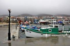 小游艇船坞、许多不同的小船、看法在山和江边,雾 库存图片