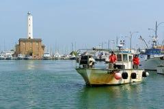 小游艇船坞二拉韦纳,意大利口岸的渔夫  库存图片