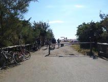 小游艇船坞二比博纳,里窝那 导致海滩的路 库存图片