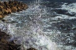 小游艇船坞二比萨波浪  免版税库存照片