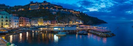 小游艇船坞全景夜视图重创在索伦托,意大利 免版税图库摄影