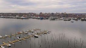 小游艇船坞前面河海岸线街市城市地平线波特兰缅因 股票视频
