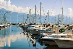 小游艇船坞和游艇在莱芒湖在洛桑瑞士 库存图片
