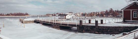 小游艇船坞和码头在fron和在后面Tammisaari Raasepori在芬兰在冬天 免版税图库摄影