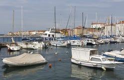 小游艇船坞和老沿海城市皮兰在斯洛文尼亚 免版税库存照片