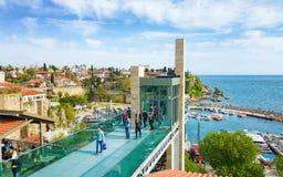 小游艇船坞和玻璃在Kaleici区举在安塔利亚,土耳其 免版税图库摄影