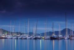 小游艇船坞在与被停泊的游艇的晚上 图库摄影
