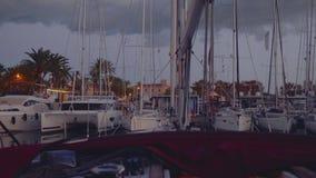 小游艇船坞在日落以后的晚上 股票视频