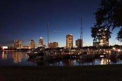 小游艇船坞在晚上街市圣彼德堡, FL 免版税库存图片