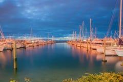 小游艇船坞在晚上,陶朗阿新西兰 库存图片